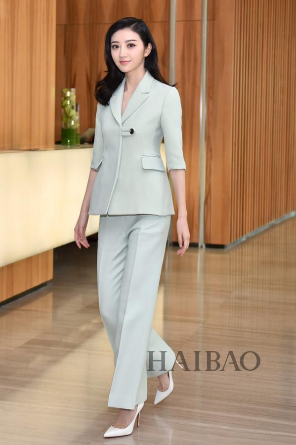 景甜身着Dior 2017早春度假系列西服套装现身电影《长城》的宣传活动