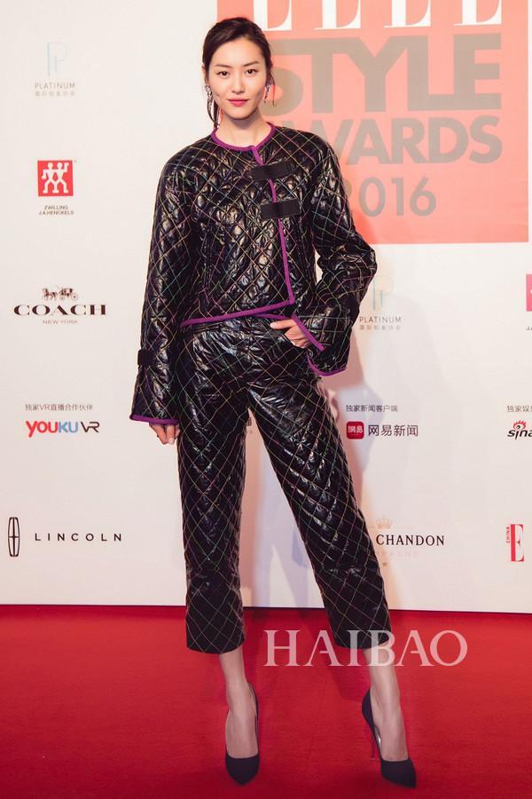刘雯身着Chanel 2017春夏系列小羊皮菱格纹外套与长裤搭配同品牌腕表与珠宝配饰现身2016 Elle风尚大典红毯